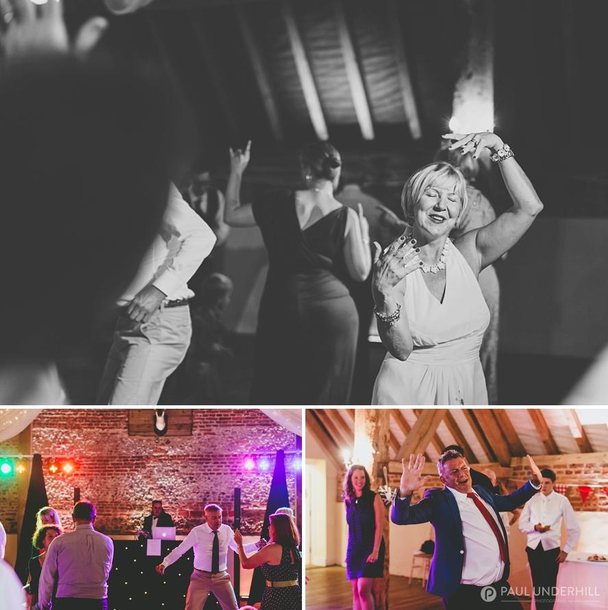 Reportage wedding photos guests dancing